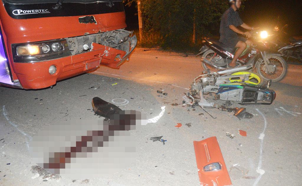 Xe chở công nhân va chạm với xe máy, một người tử vong