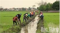 Cán bộ xã Phúc Sơn xuống thôn cùng nhân dân lao động sản xuất