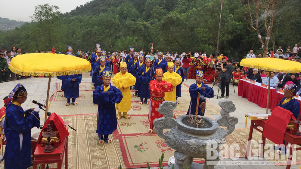Du khách tham quan đền Thần Nông, đền Thần Nông, Huyện Lục Nam