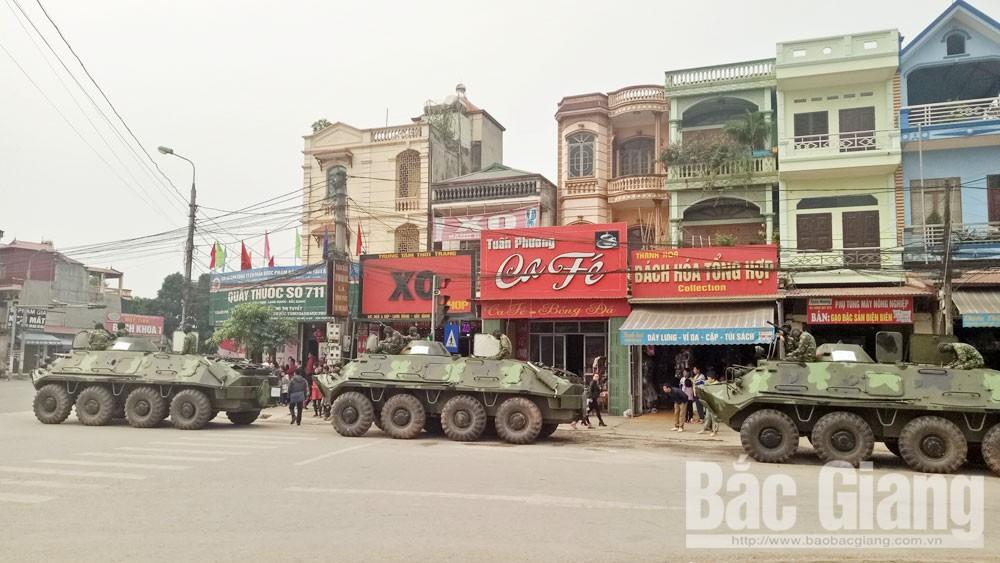 Xe bọc thép tuần tra trên đường ở thị trấn Kép, huyện Lạng Giang