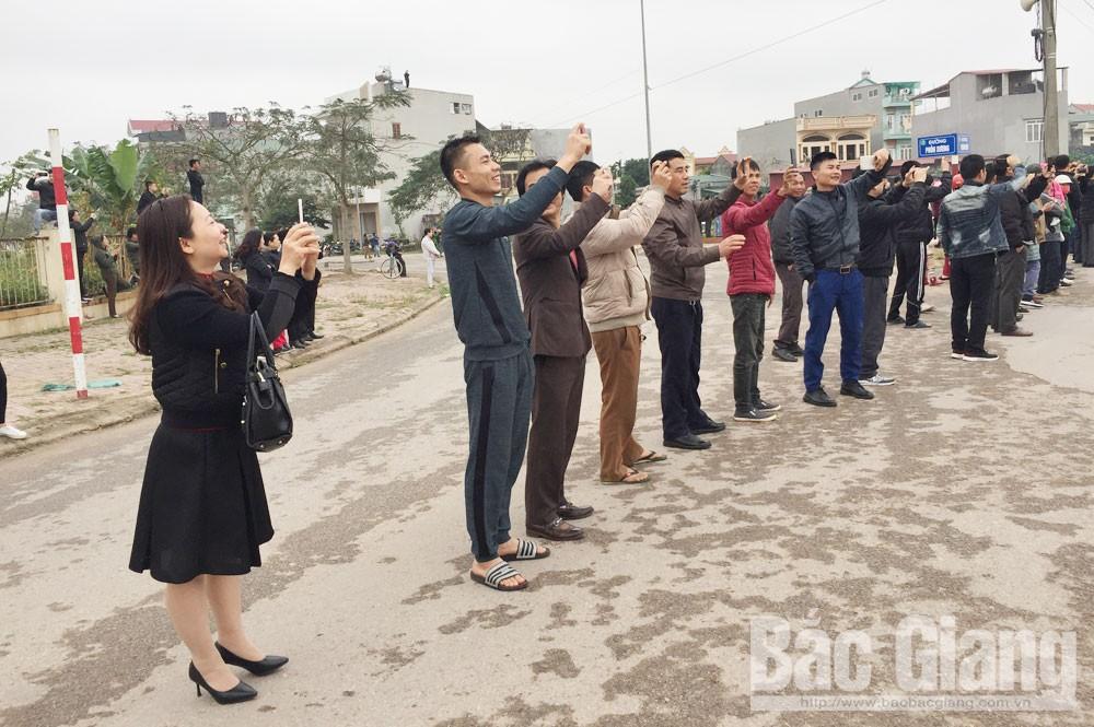 Người dân TP Bắc Giang chào đón đồng chí Kim Jong - un.