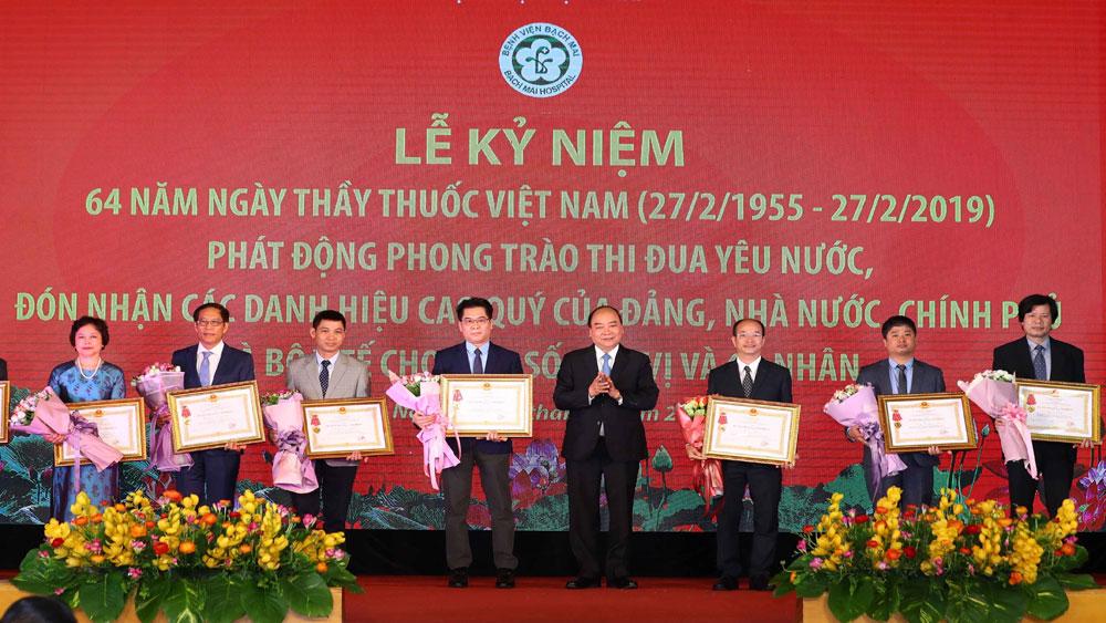 Thủ tướng Nguyễn Xuân Phúc, đội ngũ y, bác sĩ, người anh hùng thầm lặng