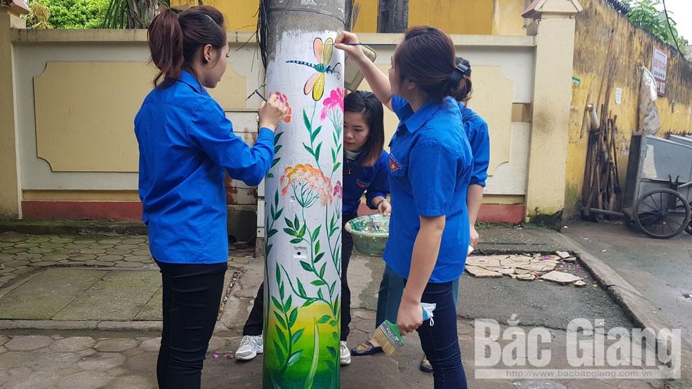Tuổi trẻ phường Trần Nguyên Hãn vẽ cột điện hoa trên tuyến đường văn minh