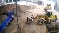 Tài xế máy xúc hốt ông chủ vùi vào đống cát