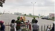 Cảnh sát giao thông dùng xe đặc chủng chở cháu bé đi cấp cứu khi QL 1 bị cấm đường