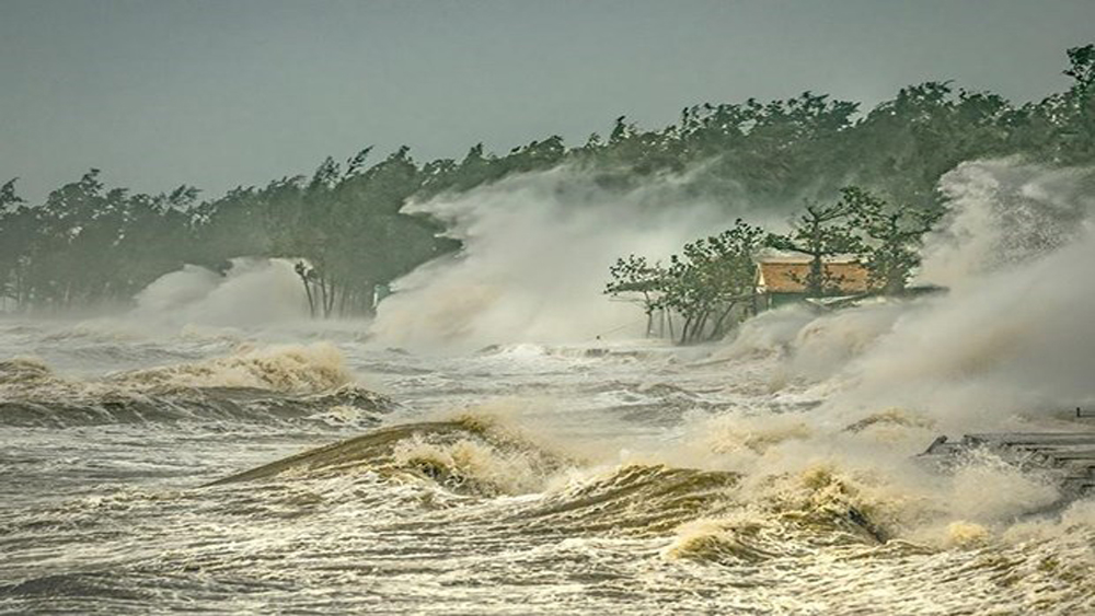 Vietnam, first prize, int'l photo contest, weather and climate, Luong Thanh Hai,  Typhoon Committee, The house in the Storm