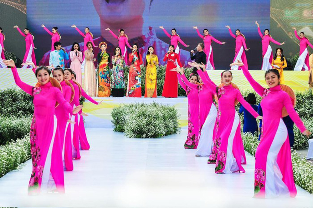 3,000 people, mass performance, 6th Ao Dai festival, traditional long dress, Nguyen Hue pedestrian street, green and peace-loving city