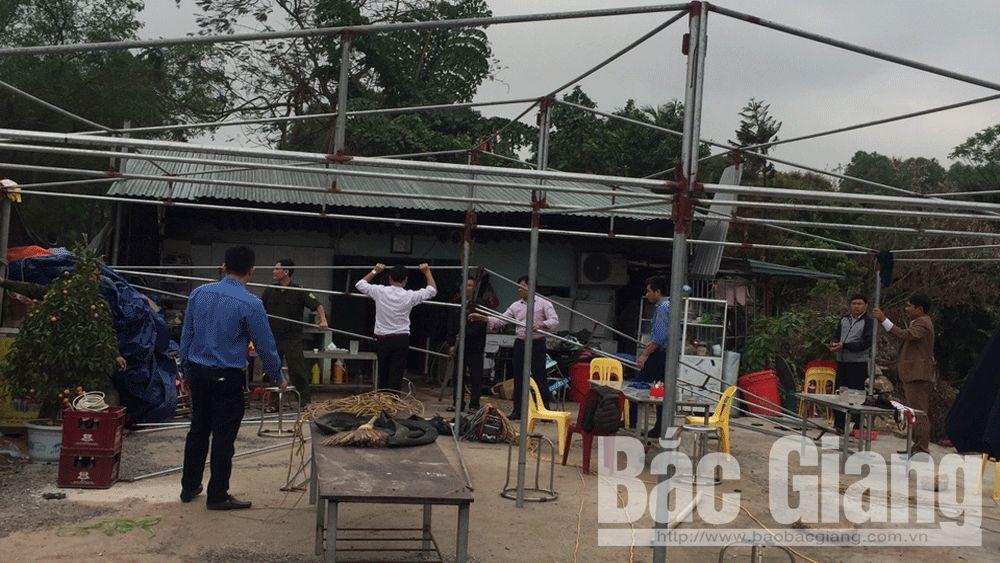 Tổ công tác của UBND xã Tiền Phong tháo dỡ công trình vi phạm.