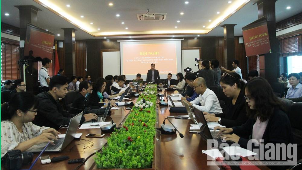 Ông Nguyễn Đại Lượng, Phó Chủ tịch UBND huyện Việt Yên trao đổi với phóng viên tại hội nghị.