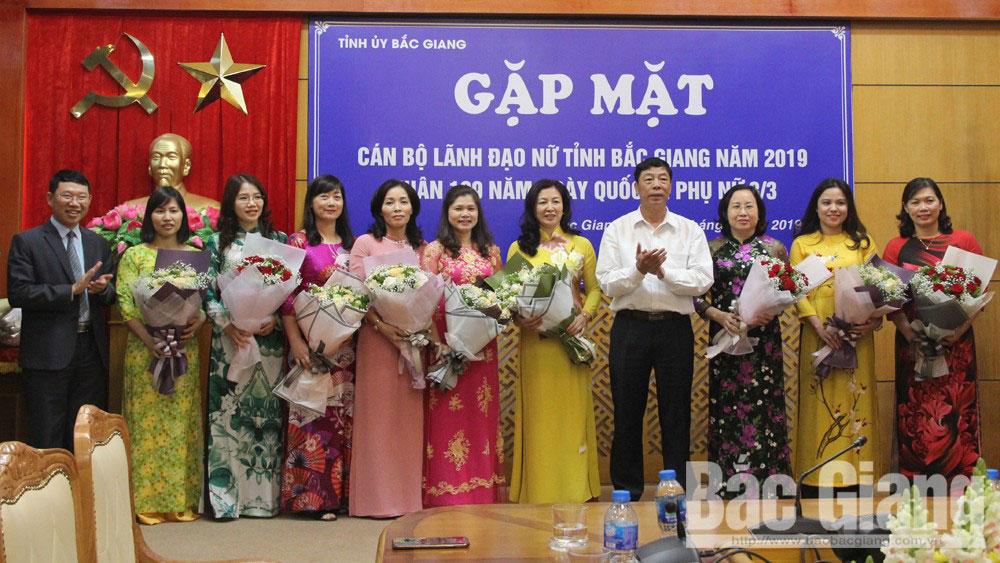 Các đồng chí: Bùi Văn Hải, Bí thư Tỉnh ủy; Lê Ánh Dương, Phó Chủ tịch UBND tỉnh,Trưởng Ban Vì sự tiến bộ của phụ nữ tỉnh tặng hoa chúc mừng các cán bộ lãnh đạo nữ.