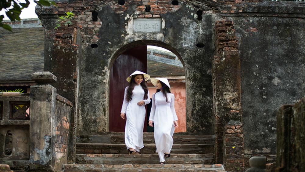 Women wearing Vietnamese ao dai granted an imperial favor