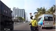 Thanh niên chở theo vợ đi xe máy cầm gạch ném vỡ kính xe tải rồi bỏ chạy