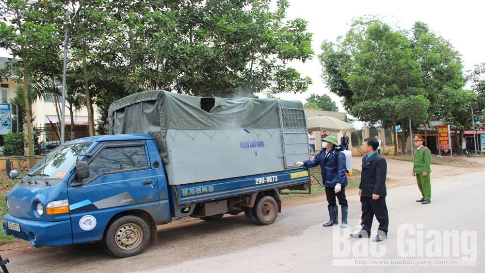 Phun hóa chất cho phương tiện, phòng chống dịch bệnh qua chốt tại xã Cẩm Đàn.