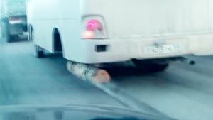 Xe khách dùng khúc gỗ thay một bên bánh hỏng