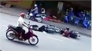 Người phụ nữ dừng xe giữa đường khiến nam thanh niên tông trúng ngất xỉu