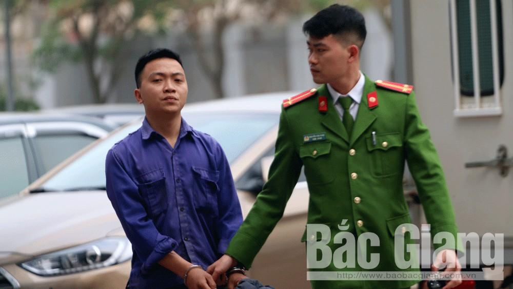 Cán bộ Phòng Cảnh sát hình sự dẫn giải đối tượng Đỗ Văn Tuyển.