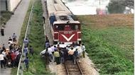 Tàu hỏa húc văng ô tô, 2 người chết