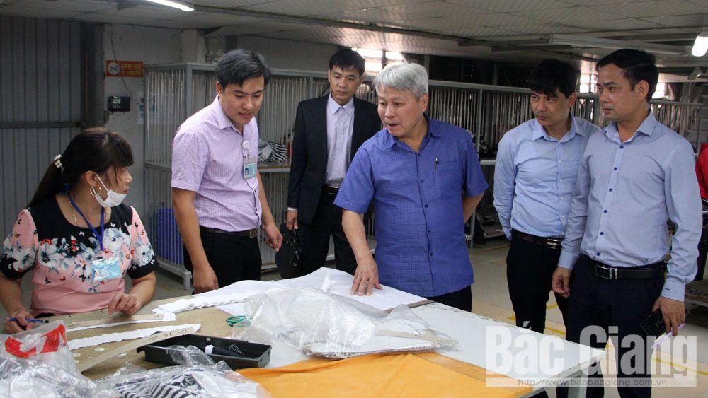 Đồng chí Từ Minh Hải giám sát tại Công ty TNHH Fourwell Vina.