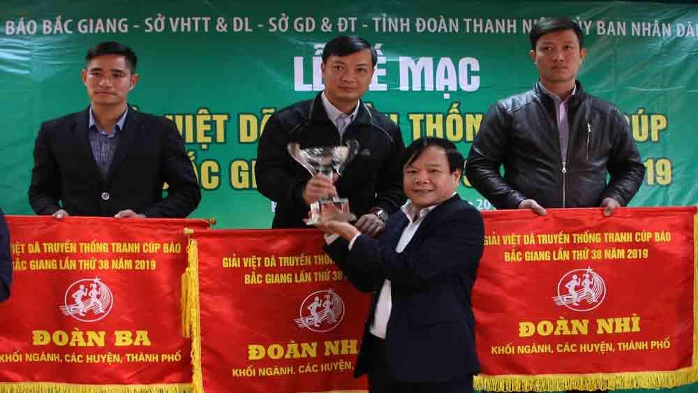 Trao giải cho các tập thể, cá nhân tham gia Giải Việt dã Báo Bắc Giang lần thứ 38