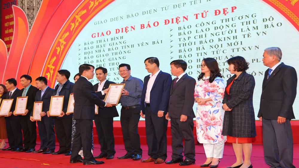 Phó Thủ tướng Thường trực Trương Hòa Bình trao giải thưởng tại Hội Báo toàn quốc 2019