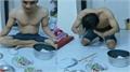 Chồng trẻ chắp tay lạy vợ trước mâm cơm 'ăn gì cũng được'