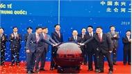 Thông quan cầu Bắc Luân II - cửa khẩu quốc tế Móng Cái (Việt Nam) và Đông Hưng (Trung Quốc)