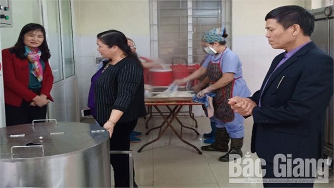 Kiểm tra công tác vệ sinh thực phẩm tại bếp ăn tập thể nhà trường