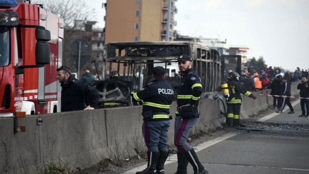 Tài xế, bắt cóc, 51 học sinh, phóng lửa thiêu rụi xe, bắt cóc học sinh ở Italia