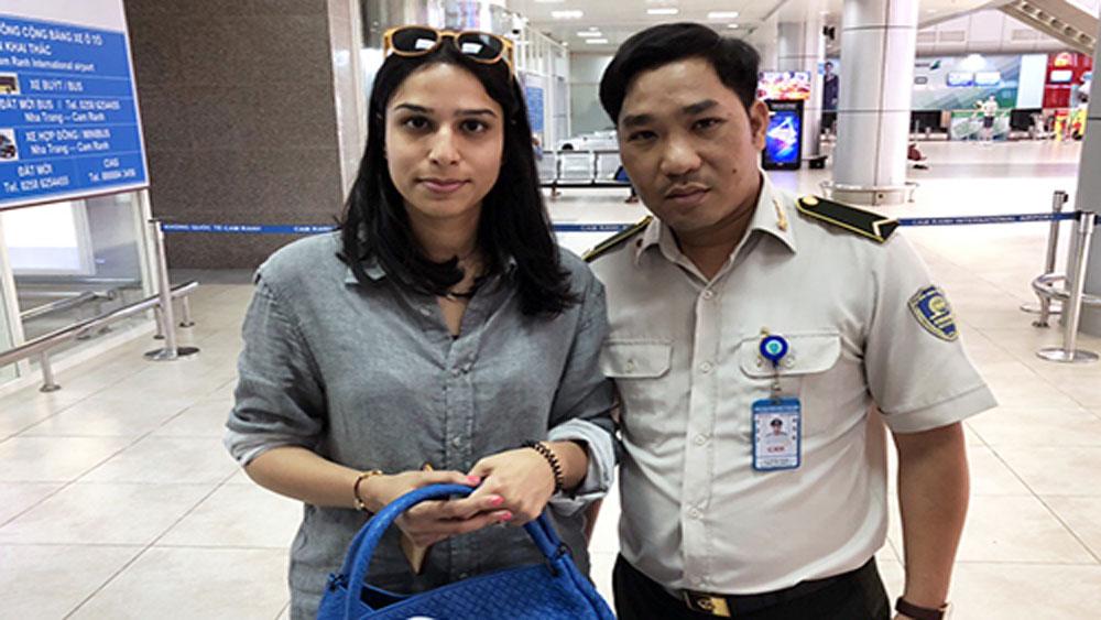 Nhân viên an ninh sân bay, trả lại, hơn 100 triệu đồng cho khách