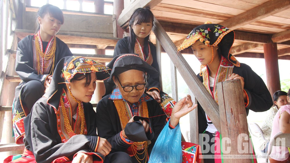 "Traditional costumes: ""Language"" of ethnic minorities"