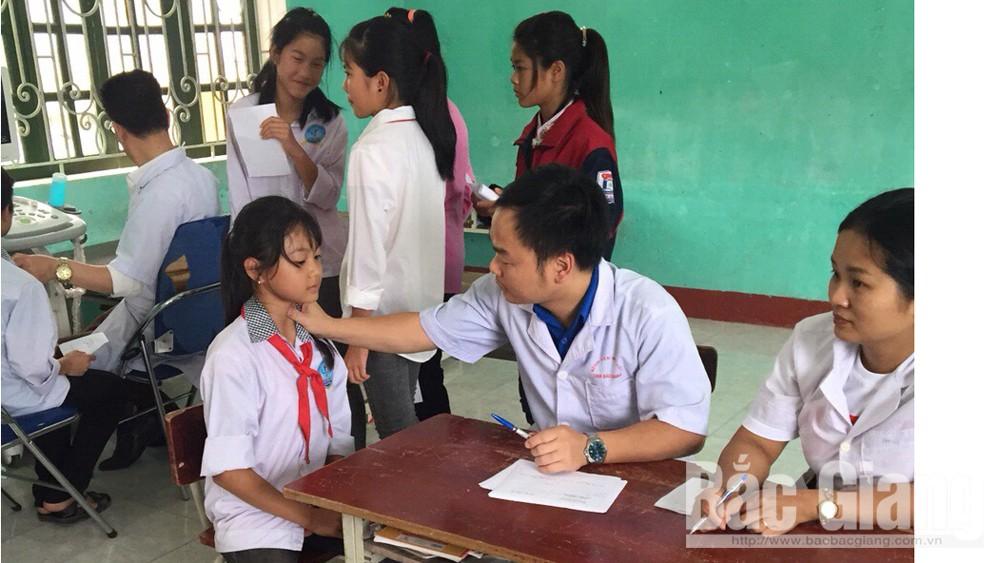 Khám, chữa bệnh cho học sinh nghèo xã Sơn Hải