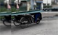 Lái xe máy úp mặt xuống đường chở lá tôn