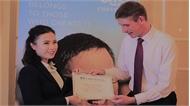 """""""Tự trồng cây sung"""", cách giành học bổng danh giá nhất nước Anh của cô giáo trẻ"""