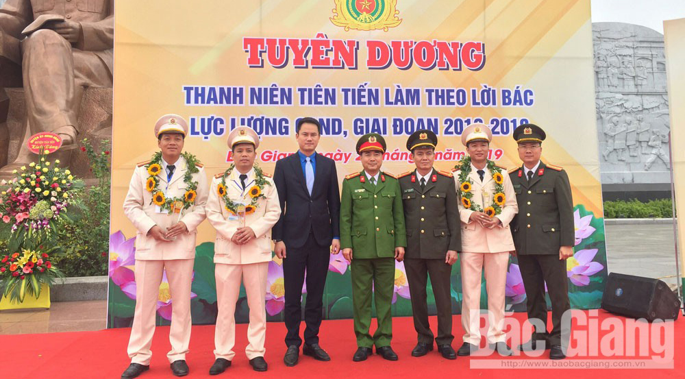 """Four officers and soldiers of Bac Giang receive """"outstanding public security youths"""" award"""