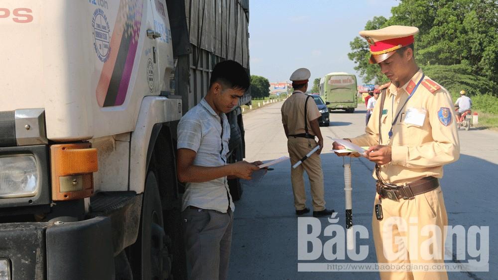 Cảnh sát giao thông Bắc Giang kiểm soát xe tải lưu thông trên tỉnh lộ 293.
