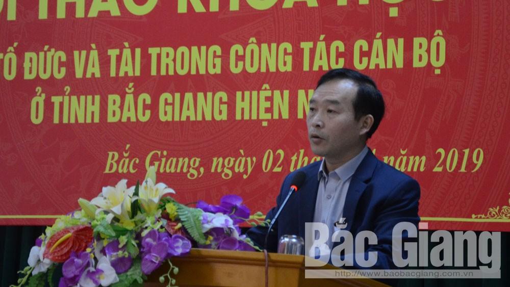 Đồng chí Trần Văn Tuấn, Hiệu trưởng Trường Chính trị tỉnh tham luận.