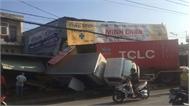 Xe container tông sập 2 nhà dân, tài xế ngủ luôn trong cabin