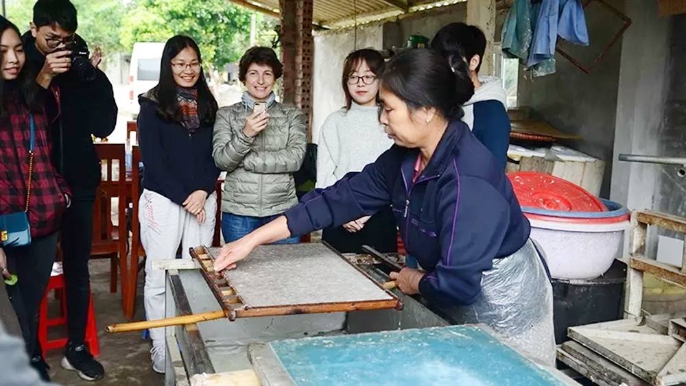 Muong ethnic group, craft of making 'Do' paper, poonah paper, Suoi Co village, traditional culture,  unique material
