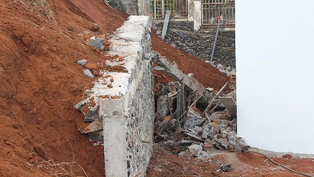 Sập tường kè chống sạt lở làm 4 người bị thương