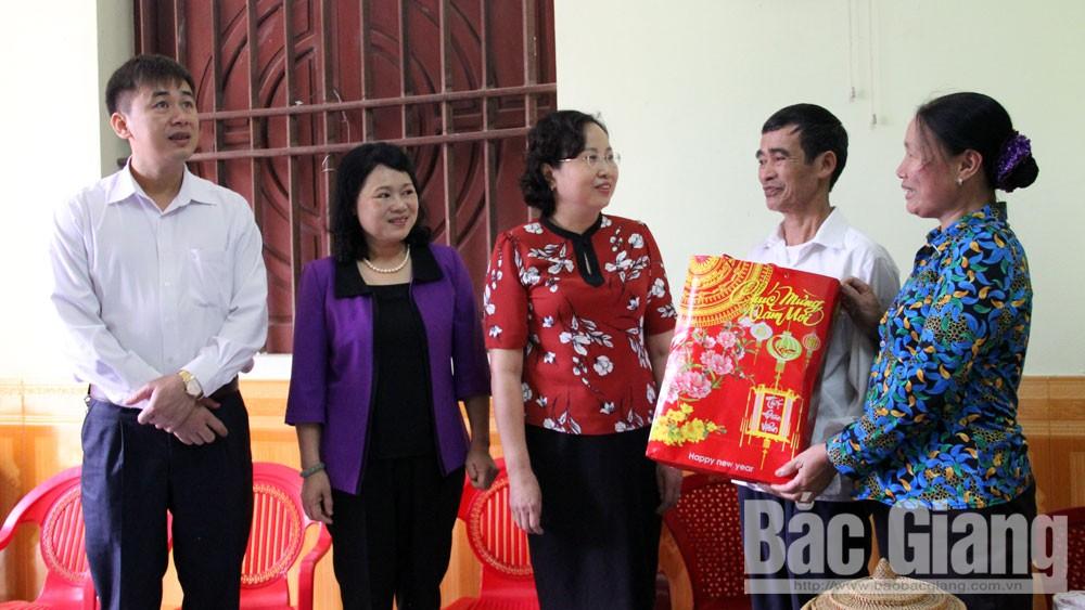 Phó Chủ tịch UBND tỉnh Nguyễn Thị Thu Hà thăm hỏi, tặng quà thân nhân chiến sĩ Trường Sa