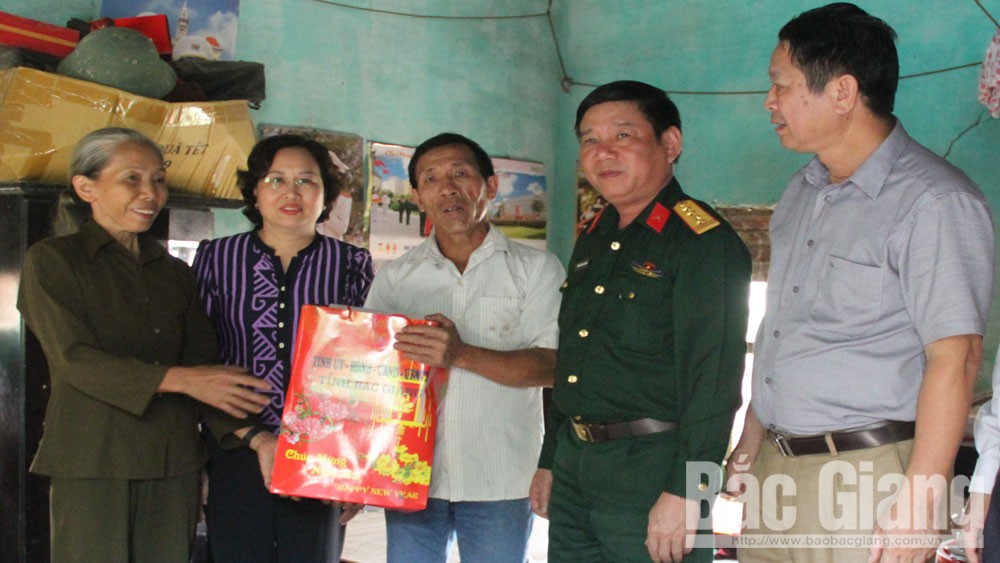 Lãnh đạo tỉnh thăm, tặng quà thân nhân cán bộ, chiến sĩ làm nhiệm vụ tại Trường Sa