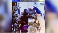 Thanh niên cầm gạch đánh 2 nữ nhân viên vì không đổi được tiền lẻ
