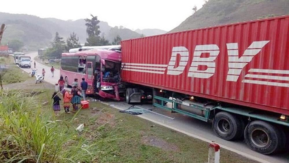 Xe container đối đầu ôtô khách, quốc lộ 6 tê liệt