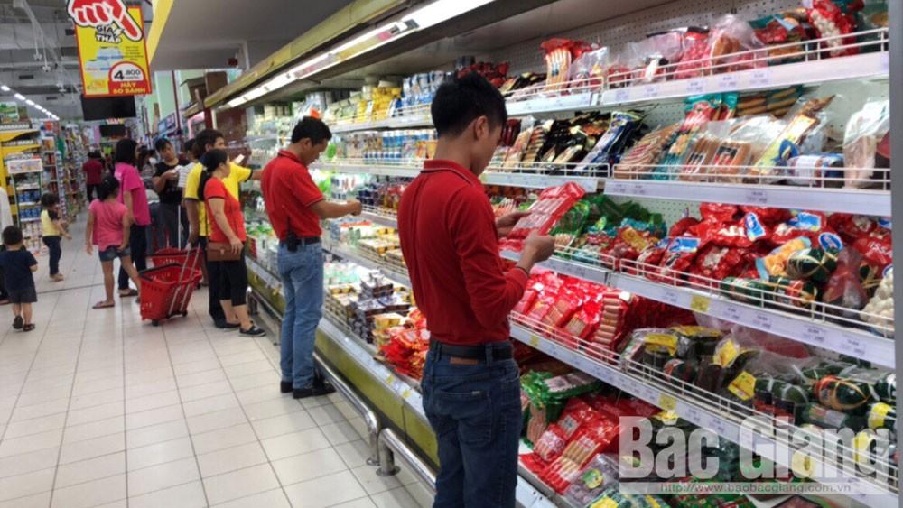 Sáng 7-4, nhân viên Siêu thị BigC Bắc Giang kiểm tra, rà soát để xử lý sản phẩm hết hạn sau khi tiếp nhận ý kiến người tiêu dùng.