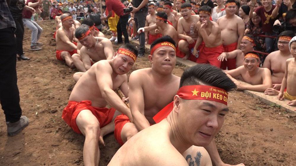 Trai làng Hà Thành mình trần chơi kéo co ngồi trong lễ hội đền Trấn Vũ