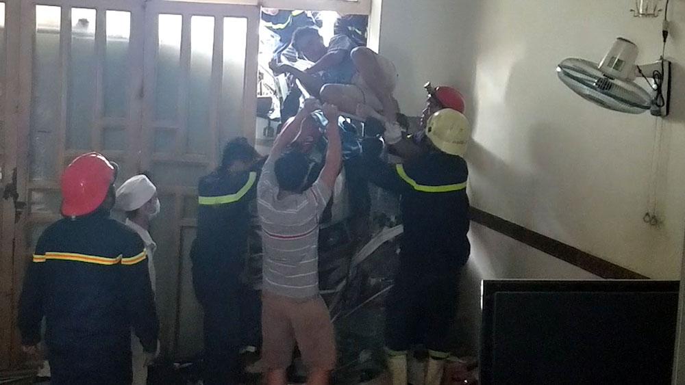 Hơn 4 giờ giải cứu tài xế container tông vào nhà dân ở Sài Gòn