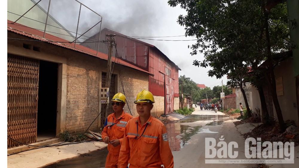 Cháy kho chứa xốp tại Lục Ngạn