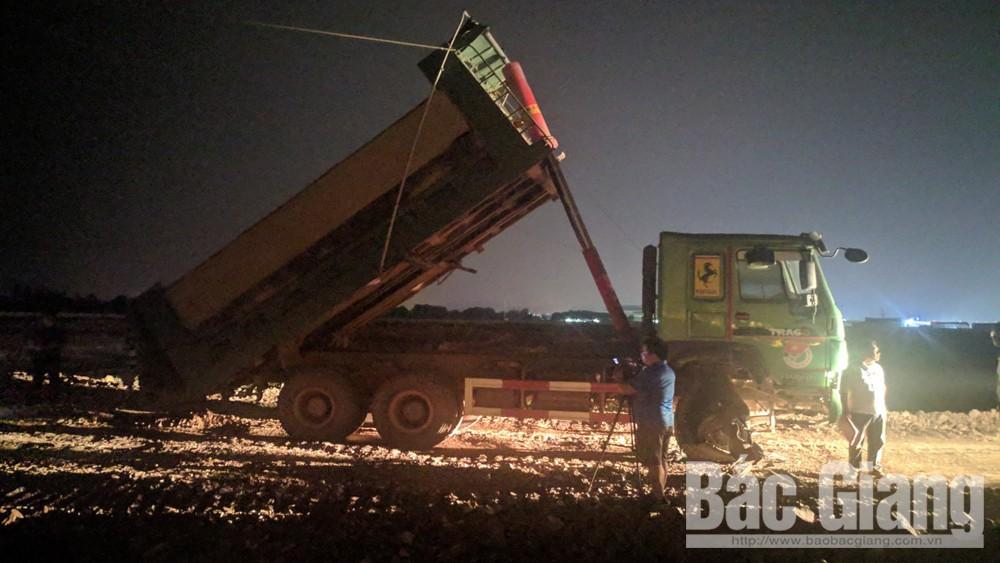 Ô tô tải đâm đổ cột điện, bốc cháy