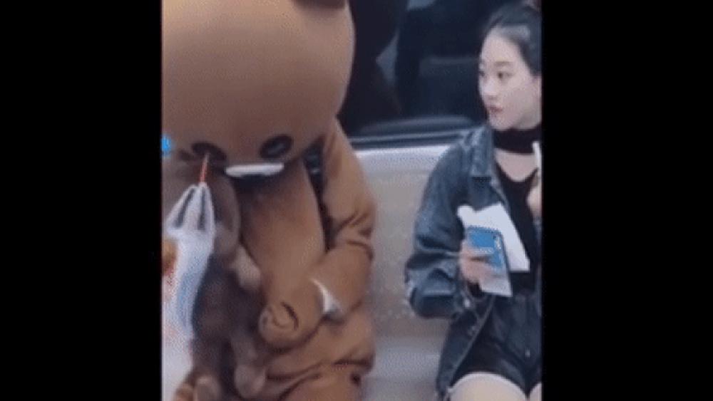 Cô gái ngơ ngác khi thấy 'gấu bông' ăn uống bằng mắt
