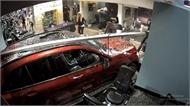 Mỹ: Nữ tài xế lái xe Mercedes lao vào phòng tập gym